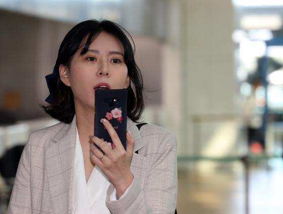 고 장자연 사건 주요 증언자인 배우 윤지오 씨가 지난 4월 캐나다로 출국하기 위해 인천공항으로 들어서고 있다. [연합뉴스]