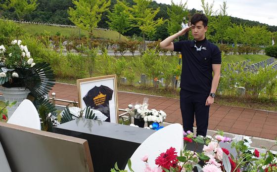 10일 해군 바다사랑 장학재단에 1000만원을 기부하는 옥천고 3학년 김윤수군이 대전현충원 천안함 46용사 묘역에서 추모의 뜻을 담아 경례하고 있다. [사진 해군]