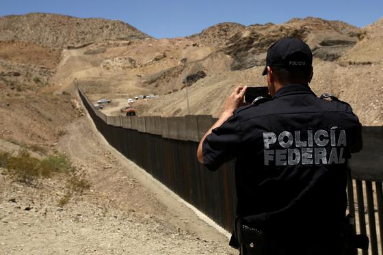 국경장벽이 세워지고 있는 미국과 멕시코 국경지대 모습. [로이터=연합뉴스]