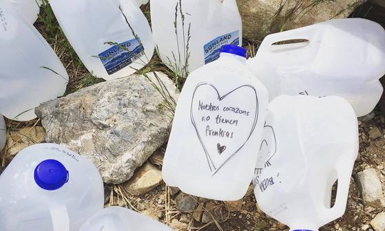 미국 구호단체 '노모어데스(No More Death)'는 미국-멕시코 국경지대에 이민자들의 탈수를 막기 위해 물병을 가져다 놓는 활동을 한다. [사진 노모오데스 홈페이지]
