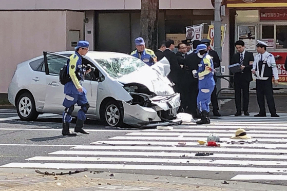 지난달 19일 일본 도쿄 이케부쿠로에서 87세 고령자가 운전하는 승용차가 횡단보도를 건너는 행인들을 치어 12명의 사상자(2명 사망)가 난 사고가 발생한 가운데, 경찰이 사고 현장을 조사하고 있다. [연합뉴스]