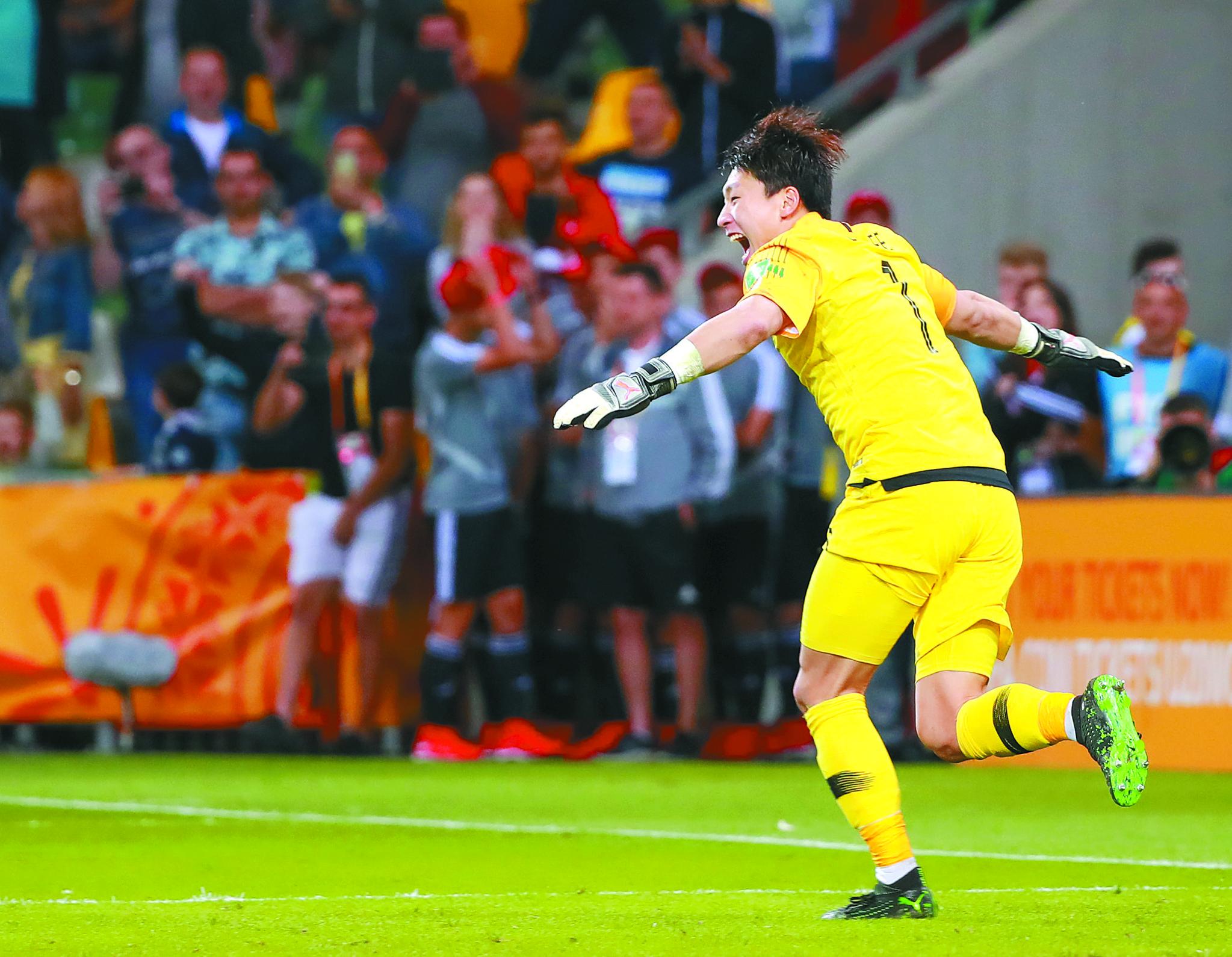 이광연이 9일 U-20 월드컵 세네갈과 8강전에서 승부차기 승리를 이끈 뒤 기뻐하고 있다. 2002년 월드컵 스페인전 승리를 이끈 이운재처럼 이광연은 이날 환한 미소를 보여줬다. [연합뉴스]
