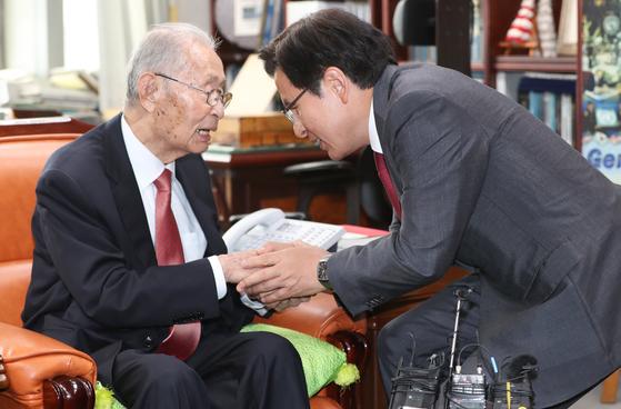 황교안 자유한국당 대표(오른쪽)가 10일 오후 서울 용산 전쟁기념관에서 백선엽 장군을 만나 손을 잡고 있다. [뉴스1]