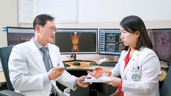 김태진 교수(왼쪽)와 소경아 교수가 종양이 있는 자궁경부만 절제하고 체부(아기집)는 살리는 가임력 보존 수술법인 '광범위자궁경부절제술'에 대해 논의하고 있다. 김동하 기자