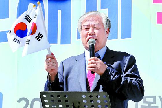 전광훈 목사가 지난 2일 '4대강 보해체저지 범국민대회'에서 발언하고 있다. [뉴스1]