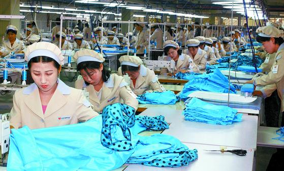 사진은 2013년 9월 개성공단에서 근로자들이 작업하는 모습. [연합뉴스]