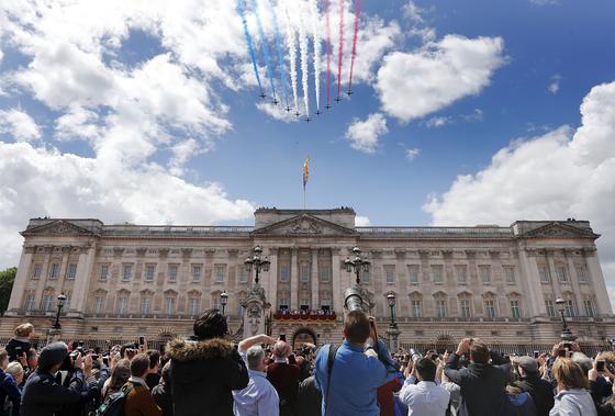 영국 공군 곡예비행단(Reed Arrows)가 삼색 연기를 내뿜으며 버킹엄궁 상공을 지나가고 있다. [AP=연합뉴스]
