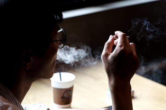 흡연자가 한 흡연카페에서 담배를 피고 있다. [뉴스1]
