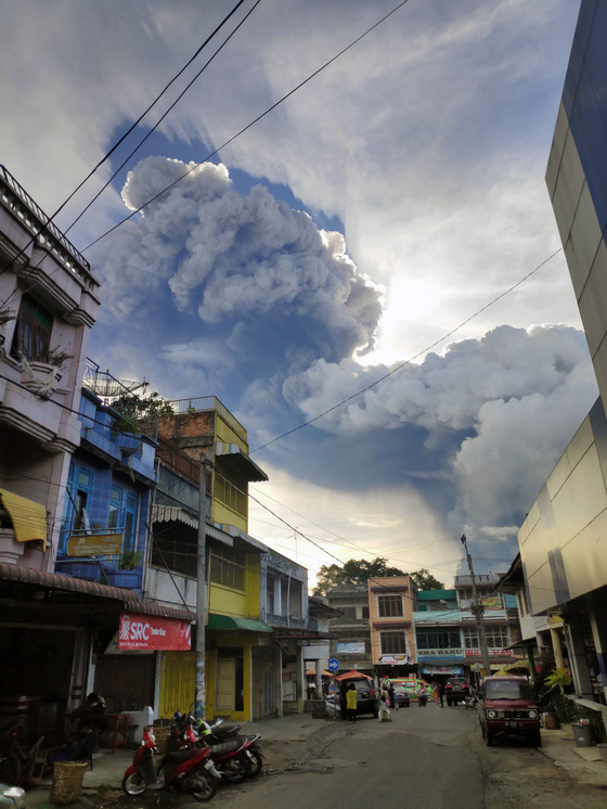 9일 인도네시아 수마트라섬 카로 마을 뒤로 시나붕 화산구름이 퍼지고 있다.[연합뉴스]
