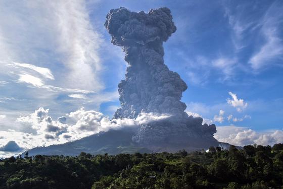 9일(현지시간) 인도네시아 시나붕 화산이 폭발, 거대한 구름이 치솟고 있다.[EPA=연합뉴스]
