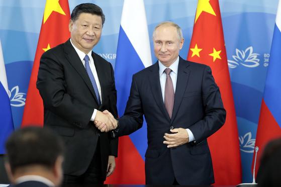 시진핑 중국 국가주석이 블라디미르 푸틴 러시아 대통령을 만나 반갑게 악수하고 있다. [AP 연합뉴스]