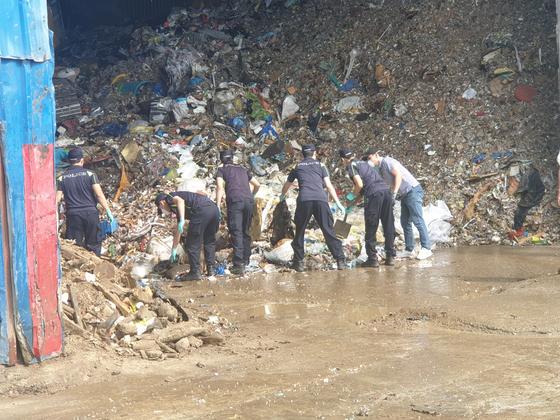 지난 5일 인천시 서부지역 재활용업체에서 증거물을 수집 중인 경찰들. 이곳에서 제주 전 남편 살인 피해자의 뼛조각이 발견됐다. [제주동부경찰서 제공]