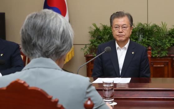 문재인 대통령이 청와대에서 강경화 외교부 장관(왼쪽)으로부터 보고를 받고 있다. [청와대사진기자단]