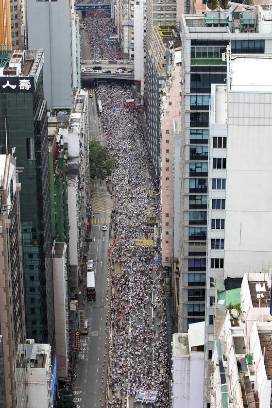 지난 9일(현지시간) 홍콩에서 벌어진 '범죄인 인도 법안' 반대 시위를 위해 모여든 홍콩 시민들이 인산인해를 이루고 있다. 주최 측은 이날 시위에 103만명이 참가했다고 추산했다.[AP= 연합뉴스]