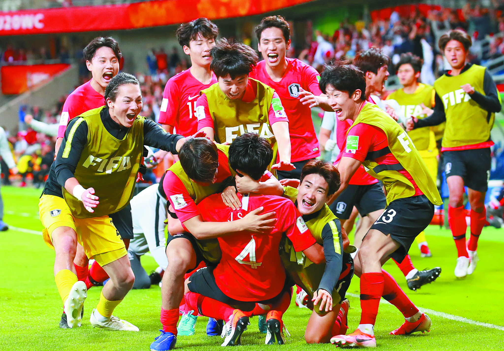 9일 U-20 월드컵 8강 한국과 세네갈전.   후반 추가 시간 이지솔(4번)이 동점 헤딩골을 넣은 뒤 벤치의 선수들과 기쁨을 나누고 있. [연합뉴스]