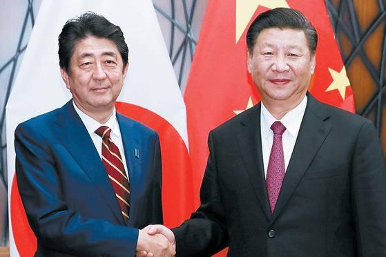 중일 관계가 급속도로 가까워지고 있다. 아베 신조 일본 총리(왼쪽)와 시진핑 중국 국가주석은 불편했던 양국 관계를 뒤로하고 국익을 위해 다시 손을 잡았다. 반면 한국은 일본과 계속 긴장관계다. [중앙포토]