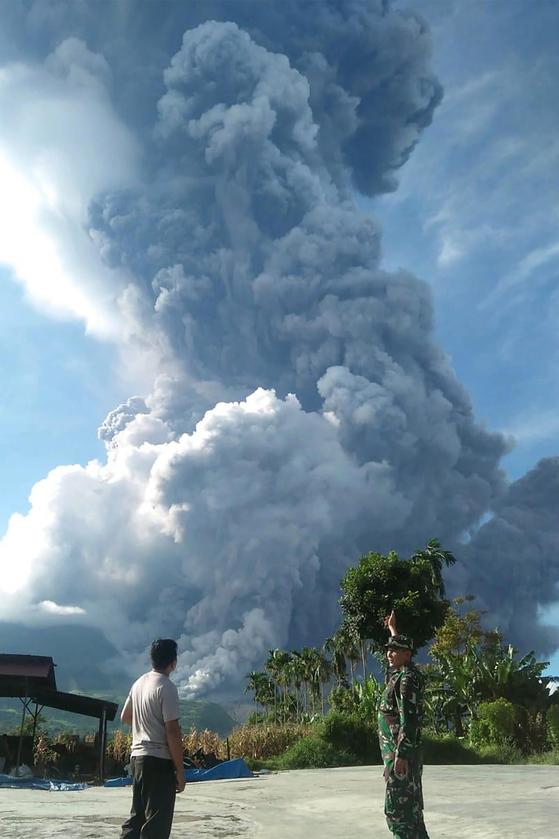 시나붕 화산은 인도네시아에서 활동중인 129개의 활화산 중 한개다.지난 2010년 400백년만에 다시 깨어났다.[AFP=연합뉴스]