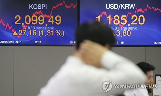 10일 서울 중구 KEB하나은행 딜링룸 모습. [연합뉴스]