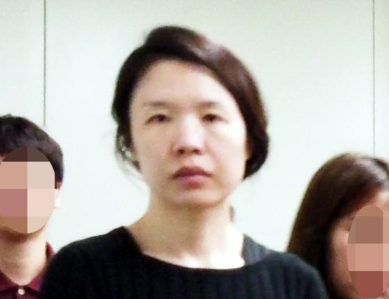 전 남편을 살해한 혐의로 구속된 고유정(36)이 제주동부경찰서 7일 유치장에서 나와 진술녹화실로 이동하고 있다. [연합뉴스]