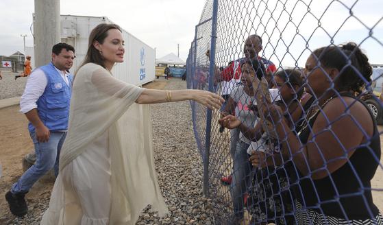 유엔난민기구 특사인 졸리가 8일 마이카오 난민촌에 도착하며 베네수엘라 난민들과 인사하고 있다.[AP=연합뉴스]