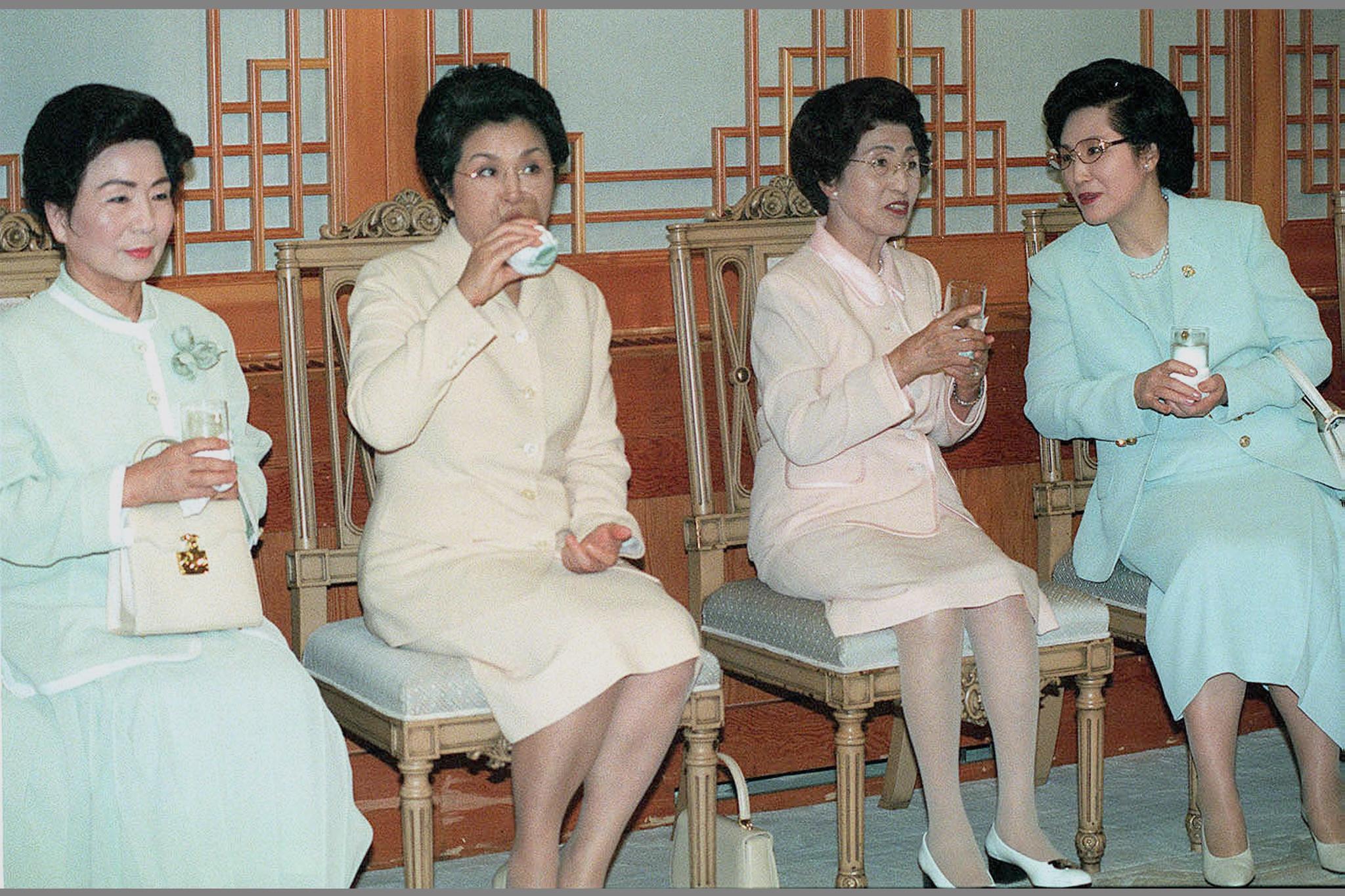 1998년 7월31일 청와대에서 열렸던 전직대통령초청 만찬장에서 자리를 함께한 전,현직 대통령 부인들. 왼쪽부터 손명순, 이순자, 이희호, 김옥숙 여사 [중앙포토]