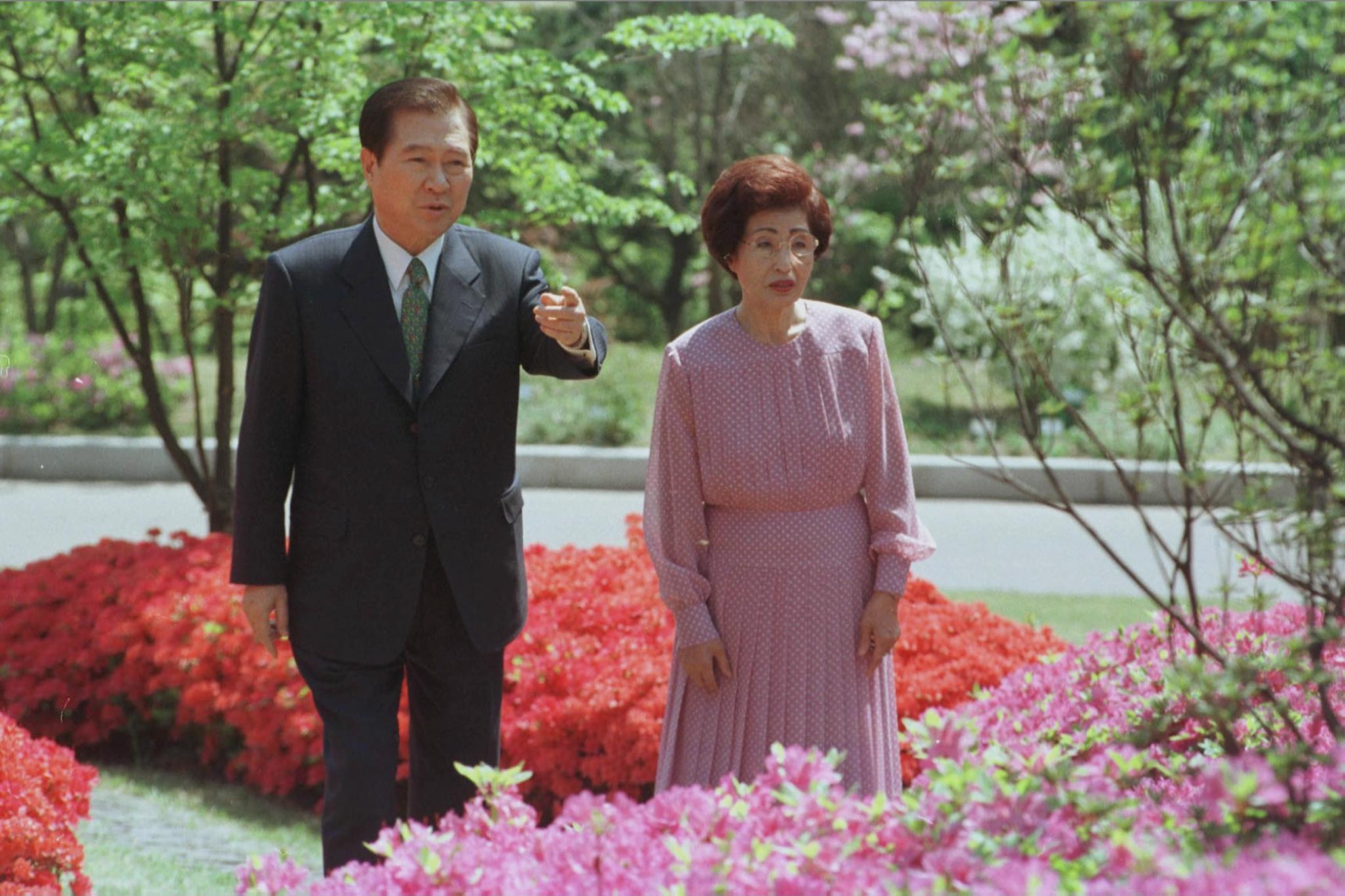 1999년 6월 김대중대통령과 부인 이희호 여사가 영산홍, 철쭉등이 활짝핀 청와대 경내 수궁터 꽃길을 걸으며 산책하고 있다. [중앙포토]