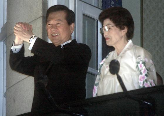 2000년 12월 11일 김대중 대통령과 부인 이희호 여사가 숙소인 그랜드호텔 발코니에서 노벨평화상 수상을 축하하는 오슬로시민들에게 손을 맞잡고 답례인사를 하는 모습. [연합뉴스]
