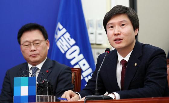 산업은행 등의 본점을 부산으로 이전하는 내용의 관련법 개정안을 제출한 더불어민주당 김해영 최고위원(오른쪽). 뉴스1