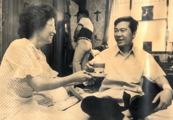 1993년 8월 12일 김대중 전 대통령이 자택에서 이희호 여사와 담소를 나누는 모습. [연합뉴스]
