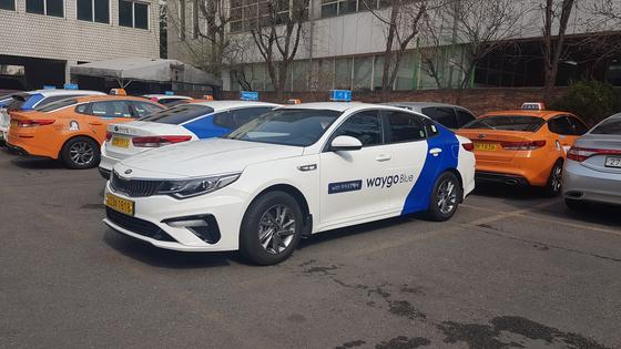 지난 3월 20일 론칭한 웨이고 택시. 꽃담황토색의 기존 서울 택시와 달리 흰색과 파란색으로 칠했다. [중앙포토]