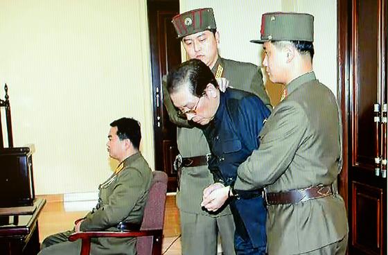 북한은 공개처형 및 사형을 정권 유지 수단으로 이용해왔다. 김정은 국무위원장의 고모부 장성택 전 국방위원회 부위원장도 특별군사재판 후 즉각 사형당했다. 사진은 장성택이 처형 직전 특별군사재판법정에 서 있는 모습. [뉴스1]