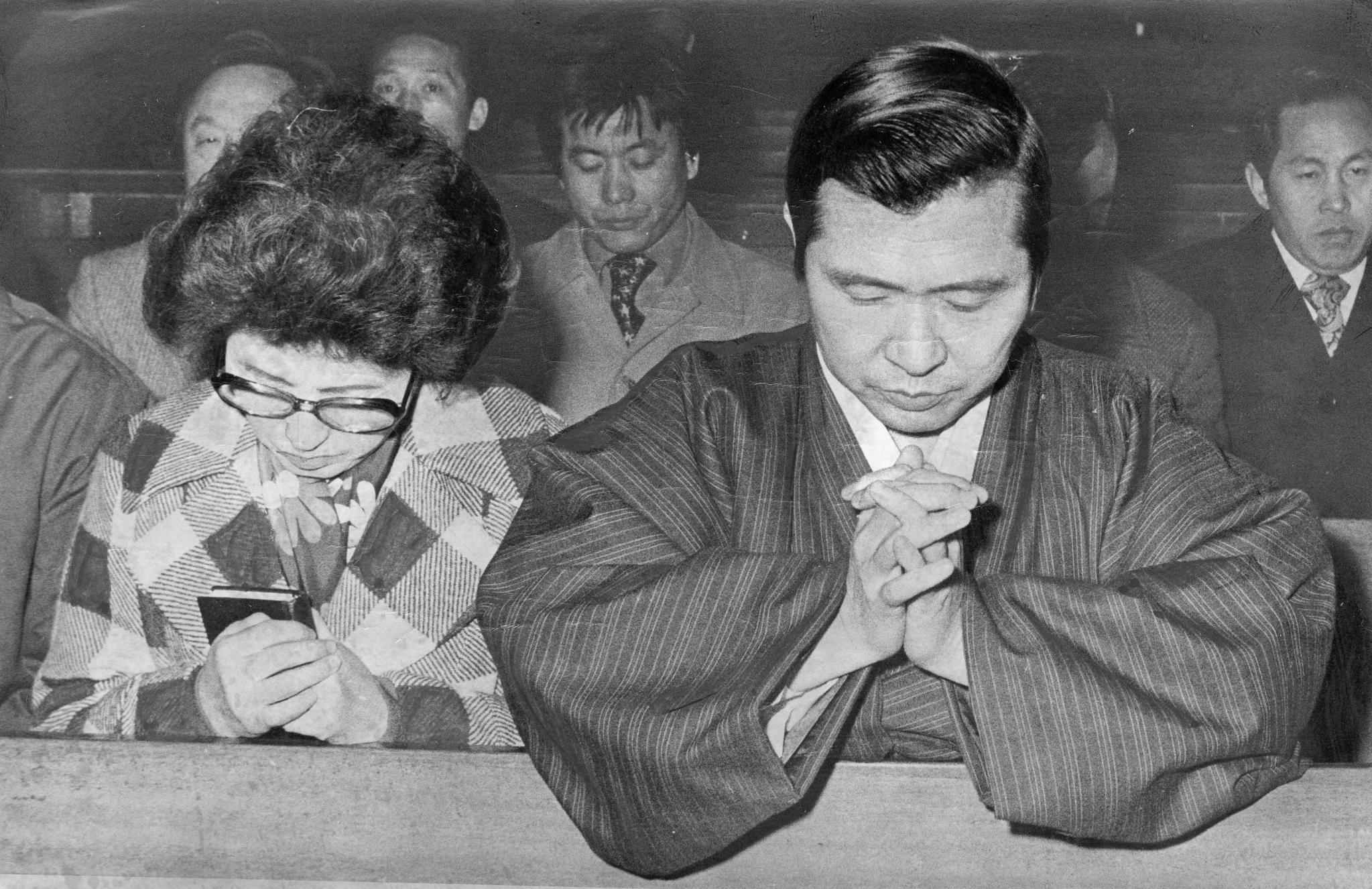 1975년 2월 김대중 전신민당 대통령 후보와 부인 이희호 여사가 국민투표를 거부하고 명동성당에서 오전 7시부터 오후 6시까지 금식을 하며 기도하고 있다.