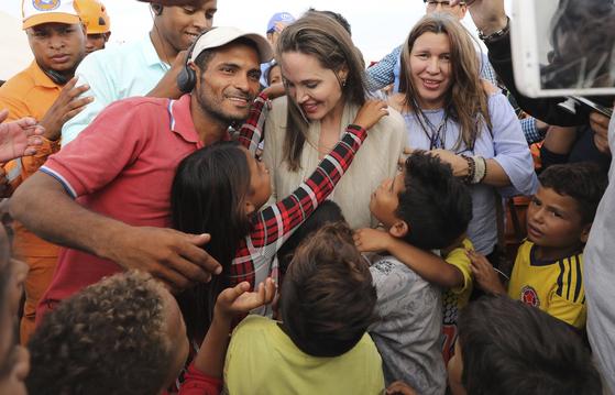 유엔난민기구 특사인 안젤리나 졸리가 8일 베네수엘라 난민들을 만나고 있다.[AP=연합뉴스]
