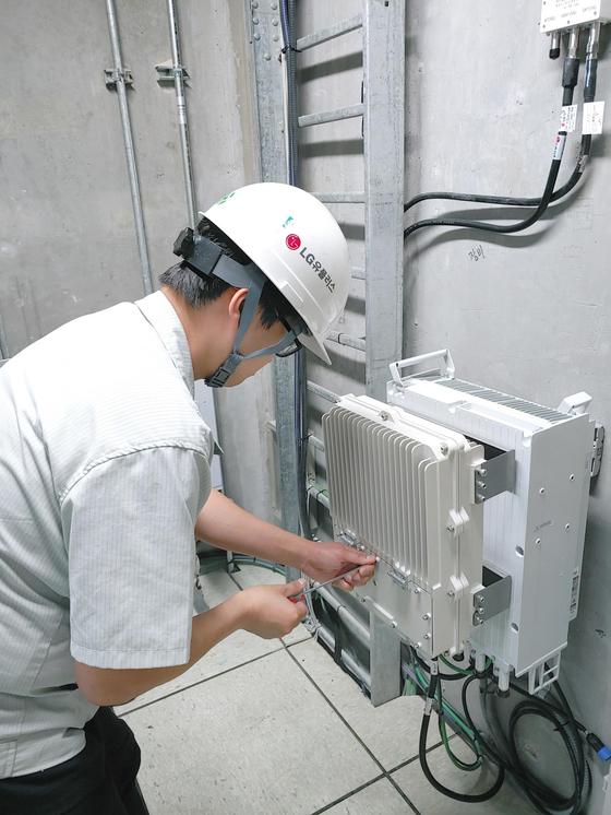 LG유플러스가 11일 강변 테크노마트에서 실내용 5G 장비를 구축하고 있는 모습. [사진 LG유플러스]