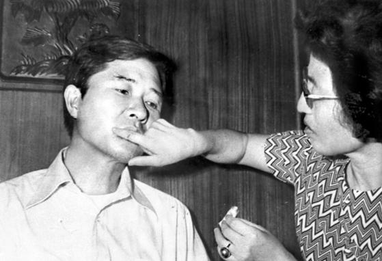 1973년 8월 8일 도쿄에서 납치된 김대중 전 대통령이 14일 서울 동교동 자택으로 돌아온 뒤 이 여사가 상처를 치료하고 있는 모습. [중앙포토]