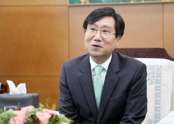 양정철 민주연구원장이 11일 울산시청에서 송철호 시장과 환담을 나누고 있다. [뉴스1]