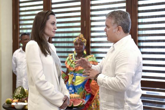 콜롬비아를 방문한 졸리가 8일 북부도시 카르타헤나에서 이반 두케 대통령을 만나 베네수엘라 난민 어린이들에 대한 인도적 지원을 요청하고 있다.[AP=연합뉴스]
