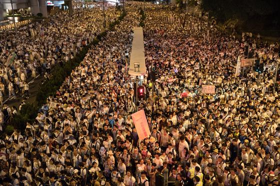 9일 홍콩에서 일어난 범죄인 인도법 개정안 반대 시위의 모습. 이 시위에는 100만 명이 넘는 홍콩 시민이 참여했다. [EPA=연합뉴스]