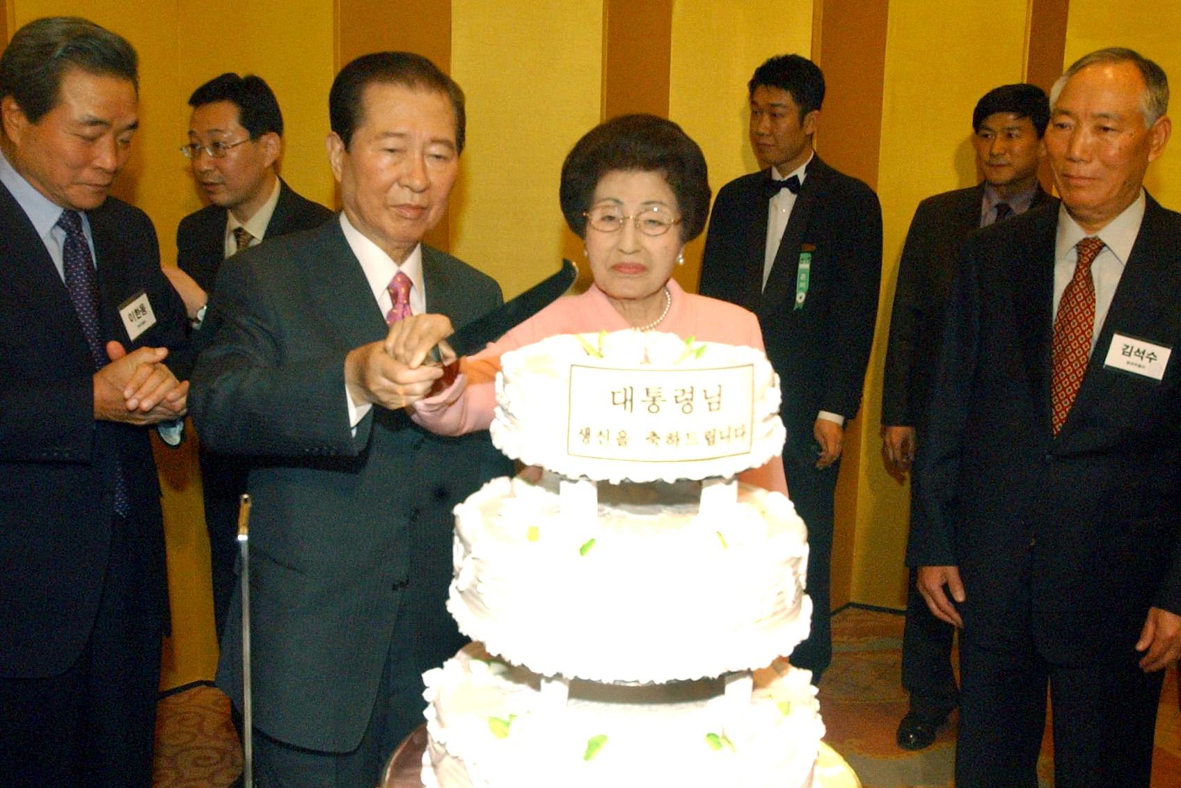 2004년 김대중 전 대통령의 팔순잔치에서 김 대통령과 부인 이희호 여사가 케이크를 자르고 있다. [중앙포토]