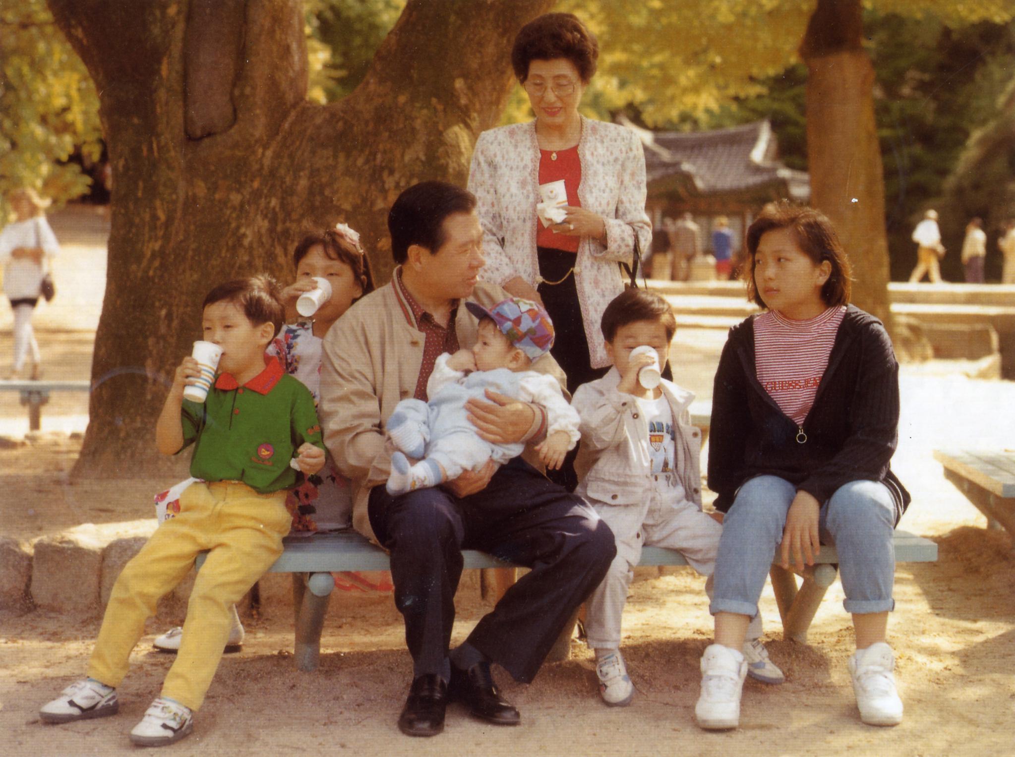 김대중 대통령 당선자와 부인 이희호 여사가 공원에서 손자 손녀들과 즐거운 시간을 보내고 있다.[중앙포토]