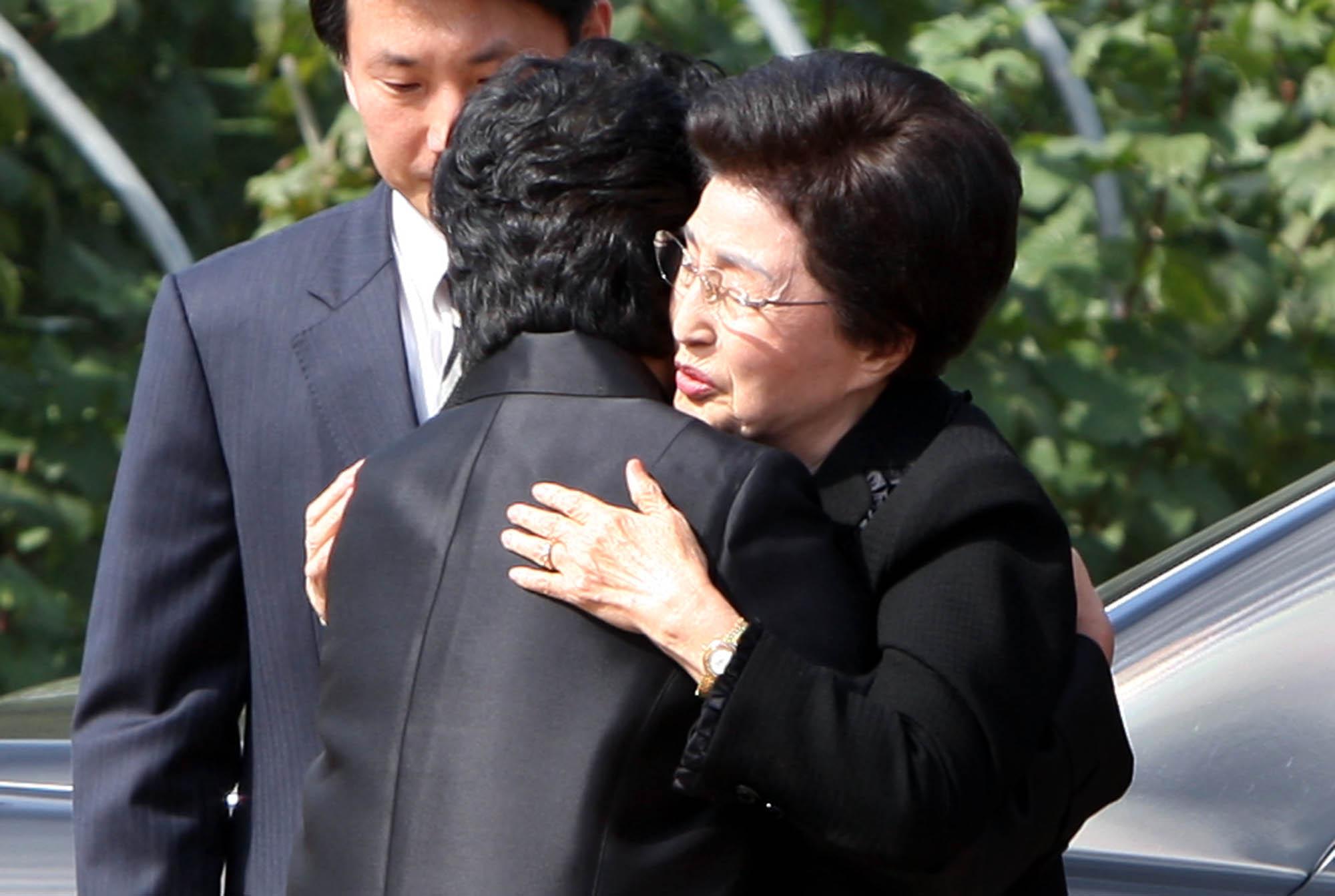 2009년 10월 21일 이희호 여사(오른쪽)가 경남 김해 봉하마을을 처음으로 방문해 권양숙 여사를 안고 있다. [연합뉴스]