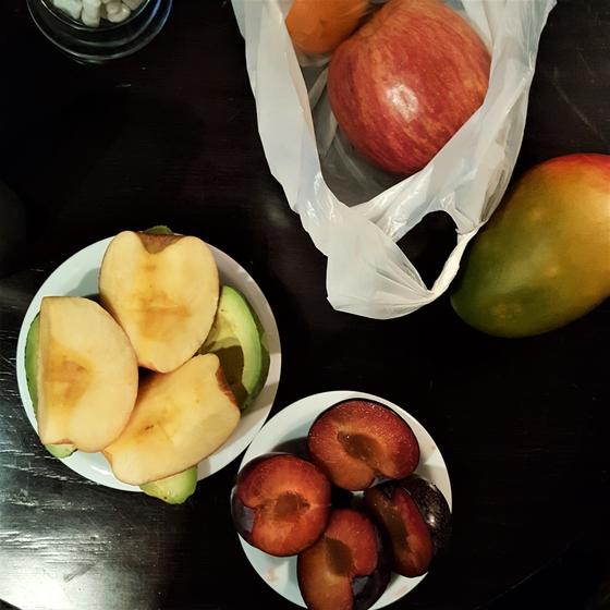 과일로 시작한 여행 중의 아침 식사. 낮 동안 이동하면서 간식도 과일로 먹으니 여행 중에 쌓이는 피로에도 좋은 체력을 유지할 수 있었다. [사진 심채윤]