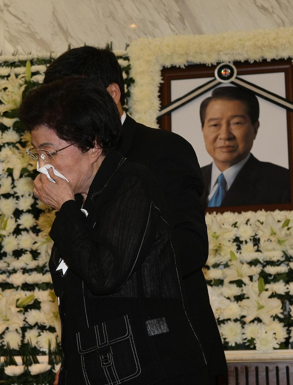 2009년 8월 18일 김대중 전 대통령 빈소가 마련된 서울 연세대 세브란스병원에서 부인 이희호 여사가 헌화를 한 뒤 돌아서며 눈물을 흘리고 있다. [중앙포토]