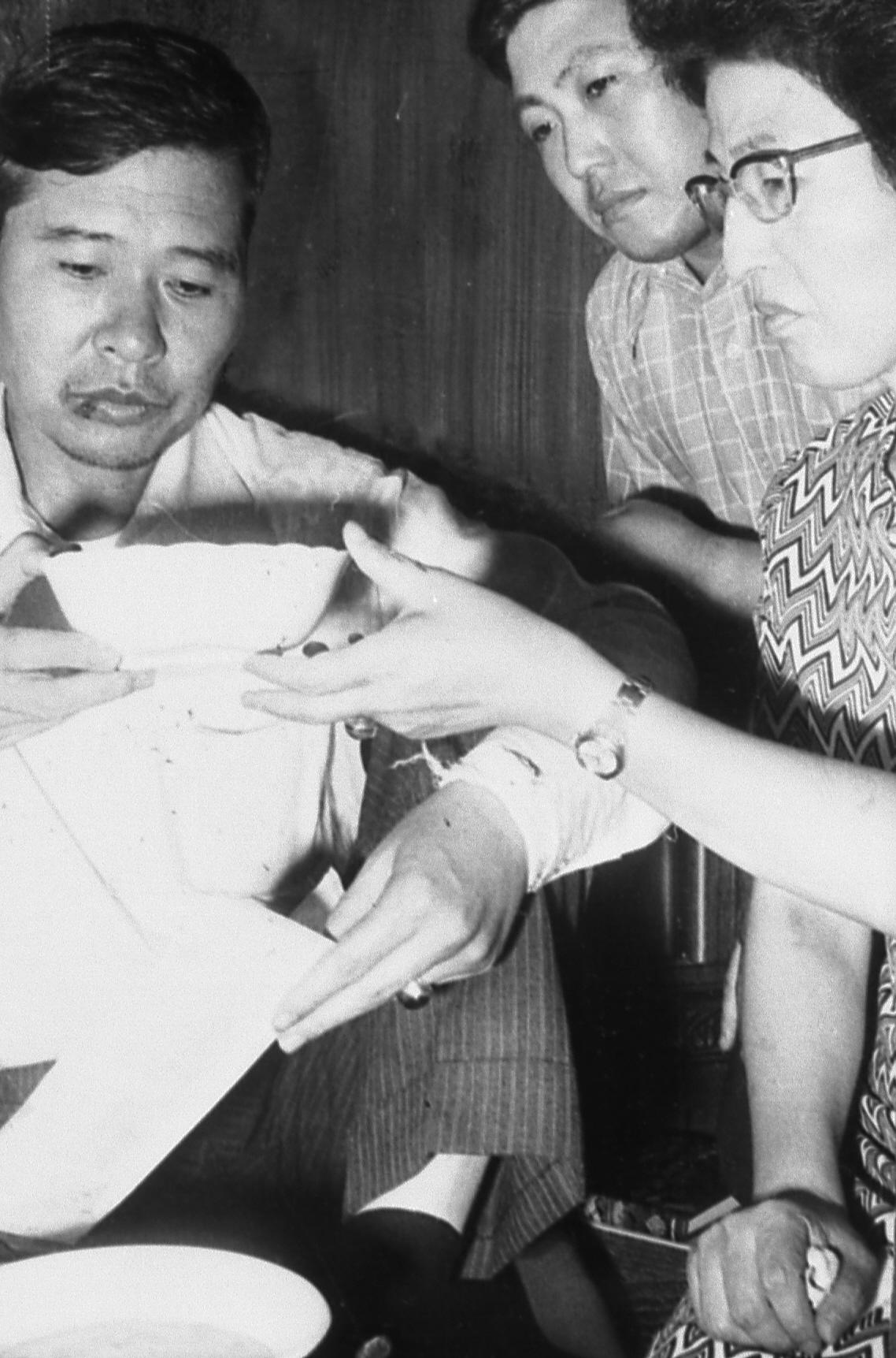 1973년 8월 일본 도쿄에서 납치된 지 닷새만에 동교동 자택으로 돌아온 김대중씨가 부인 이희호여사가 손수끓인 호두죽을 먹고 있다. [중앙포토]