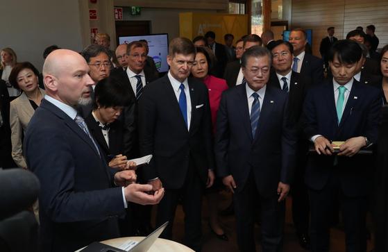 핀란드를 국빈방문 중인 문재인 대통령이 10일 오후 (현지시간) 유기적인 산학연 생태계를 바탕으로 '유럽의 실리콘밸리'로 성장한 핀란드의 오타니에미 혁신 단지 내 인재양성과 기술개발의 중심축인 알토대를 방문부스를 둘러보고 있다. 강정현 기자