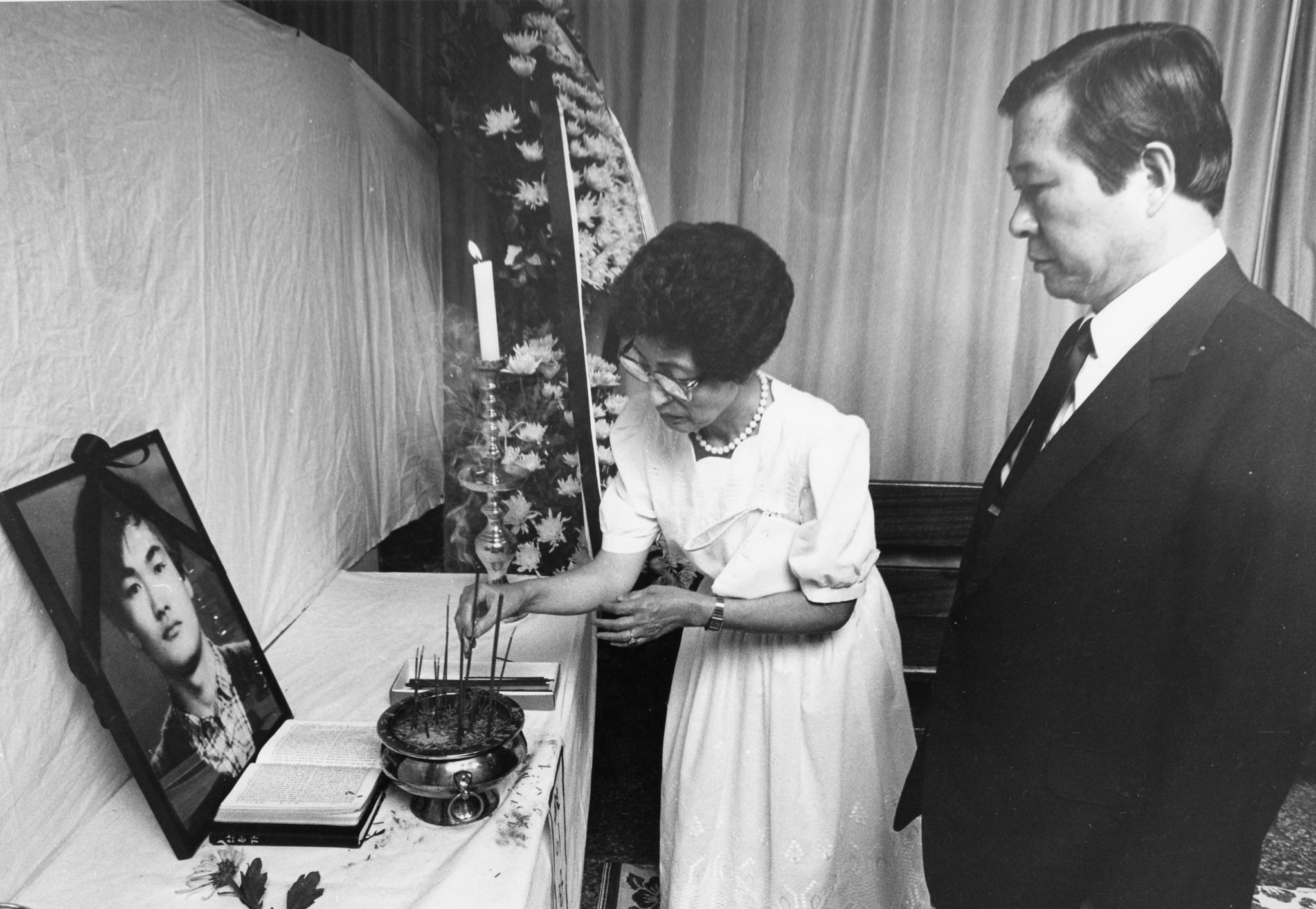 1987년 7월 6일 김대중 민추협 공동의장과 부인 이희호 여사가 연세대학교 학생회관에 마련된 이한열군의 빈소에 분향하고 있다. [중앙포토]
