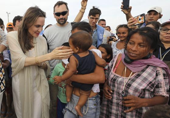 안젤리나 졸리가 8일 베네수엘라와 맞닿은 콜롬비아 국경도시 마이카오의 유엔난민 캠프를 방문, 베네수엘라 난민들을 만나고 있다.[AP=연합뉴스]
