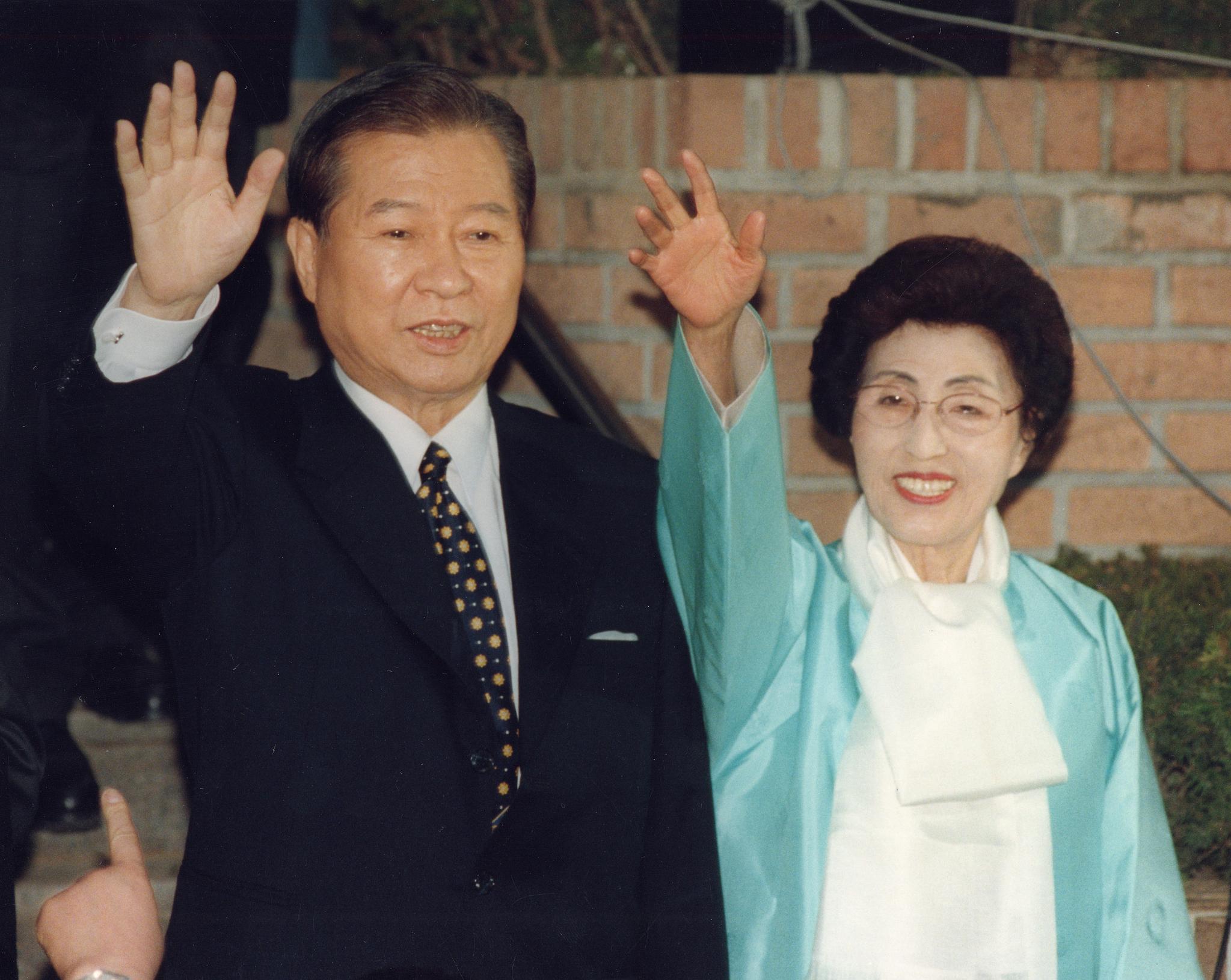 지난 1997년 김대중 대통령당선자와 부인 이희호여사가 일산자택을 나서며 마을주민들과 보도진에게 손을 흔들어 인사하고 있다. 최정동 기자