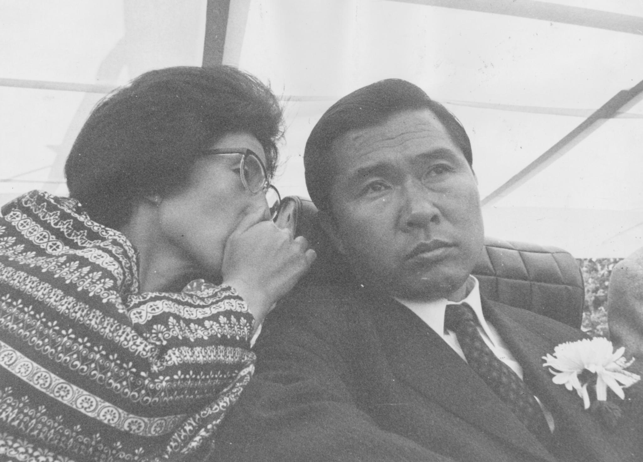1971년 대통령 선거 유세장의 연단에서 김대중 후보에게 부인 이희호 여사가 귓속말을 하고 있다. [중앙포토]