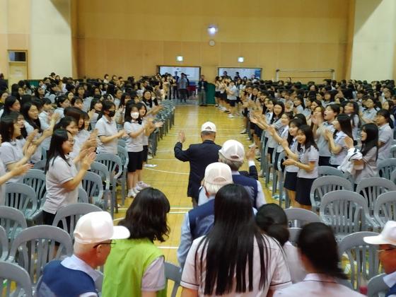 참전용사들이 학생들의 박수를 받으며 퇴장하고 있다. [사진 인천신현고 제공]